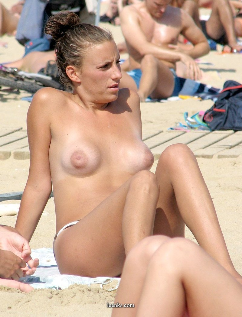Girls beach topless nude